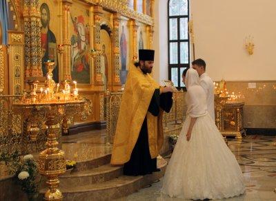 Депутаты предлагают приравнять венчание к официальному браку
