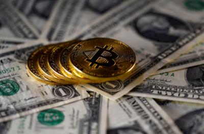 Стоимость биткоина снижается из-за внимания инвесторов к другим криптовалютам