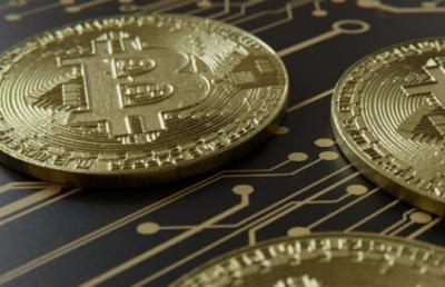 Обвал криптовалют: курс биткоина за сутки упал на 25%