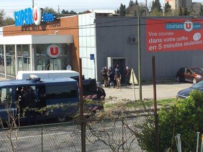 На юге Франции сторонник Исламского государства захватил заложников