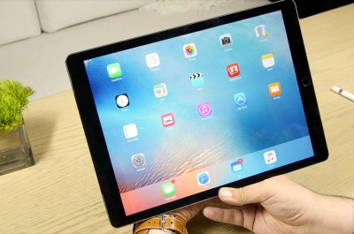 Блогер голыми руками согнул пополам новый iPad Pro (видео)