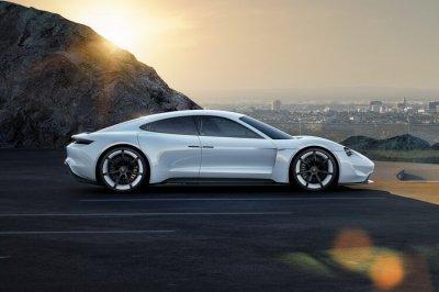Электрический Porsche Taycan получит три модификации